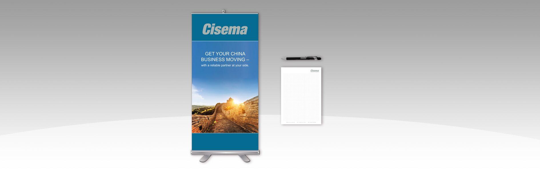 Hier ist ein Rollup sowie ein Notizblock und ein Kugelschreiber von Cisema abgebildet.